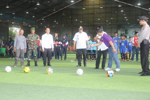Kick Off : Wakil Walikota Sofyan Edi Jarwoko bersiap menendang bola, sebagai penanda Skariga Cup IV dimulai. (rhd)