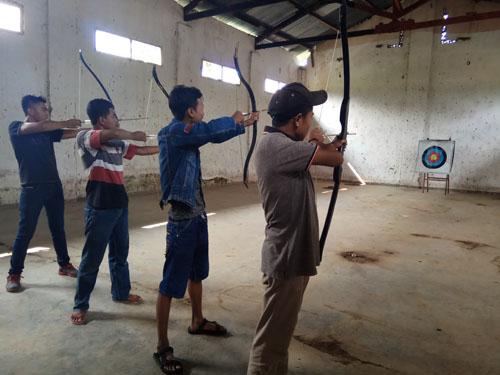 PERDANA : Beberapa pegiat panahan mencoba tempat latihan baru di kawasan Kota Kulon, Bondowoso.