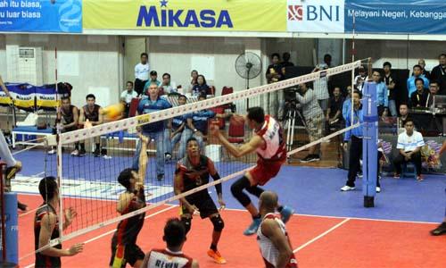 Spike akhir penentu kemenangan Surabaya Bhayangkara Samator di posisi kedua. (rhd)