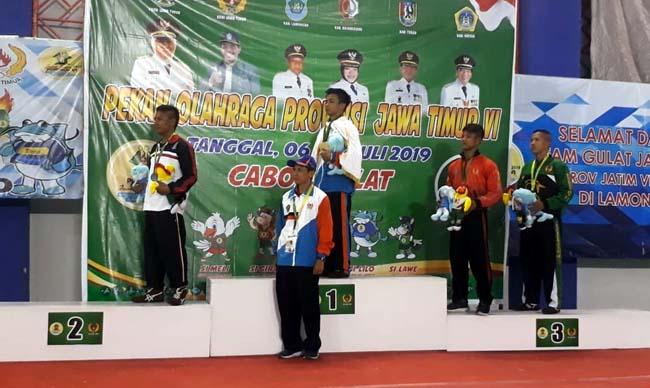 Zahwan saat menerima medali emas. (gie)
