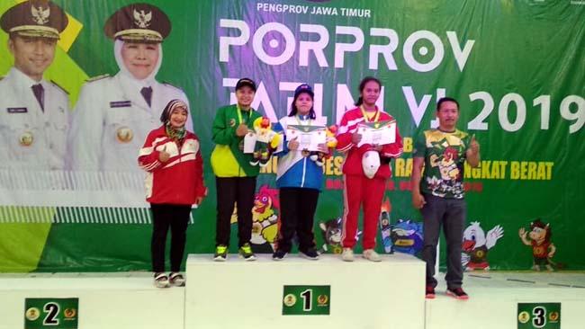 Dinda Putri dapatkan 2 medali emas di angkat berat. (ist)