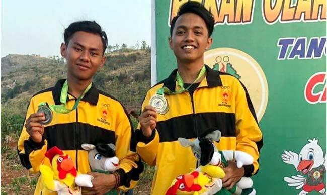 SUMBANG PERAK: Dua atlet cabor paralayang Hairul Rizal dan Augi Virgiawan menyumbangkan medali perak bagi kontingen Bondowoso di Porprov Jatim VI/2019