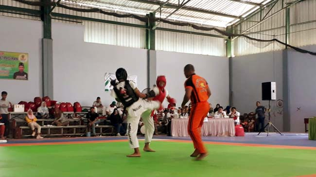 salah satu atlet Tarung Derajat Kota Malang (hitam) saat bertanding di Porprov 2019. (gie)
