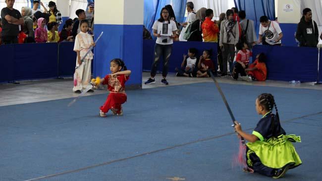 Para atlet wushu cilik menunjukkan kebolehannya. (rhd)